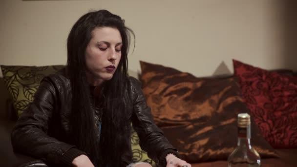 alkoholické žena sama doma pít whisky a kouřit cigaretu
