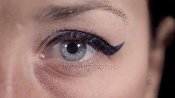 jasné modré oko mladá žena makro