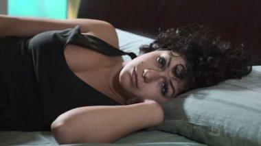 probuzení ženy, sexy a smutná