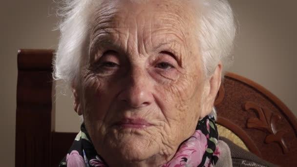 sehr alte Frau lächelt in die Kamera
