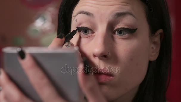 žena s piercing v obočí záměru na líčení očí