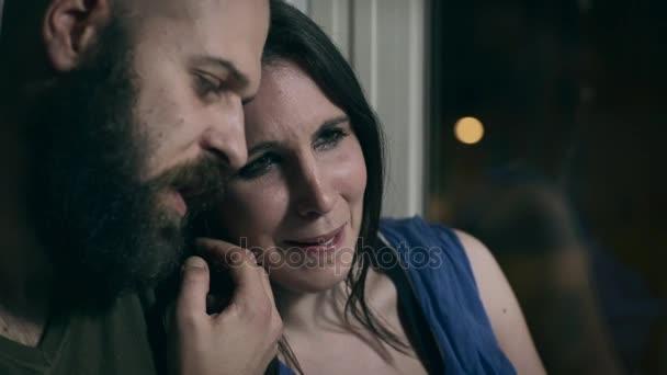 manžel utěšuje jeho smutná žena pláče, protože ztratili dítě
