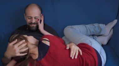 pár v lásce se uvolnil na gauči mazlení