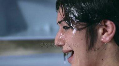 Profil ženy smutný a zoufalý pláč ve sprše
