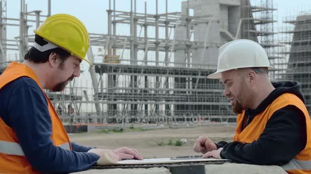 inženýr a foreman diskutovat o projektu
