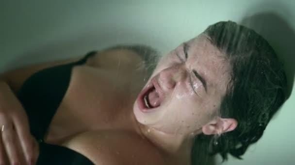 smutné, traumatizované žena leží ve vaně křik