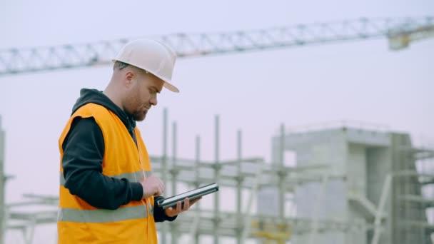 stavební inženýr na staveništi pomocí tabletu