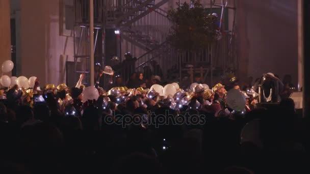 dav šťastných lidí pod pódiem během Novoroční koncert - Malta, 31. prosinec 2016