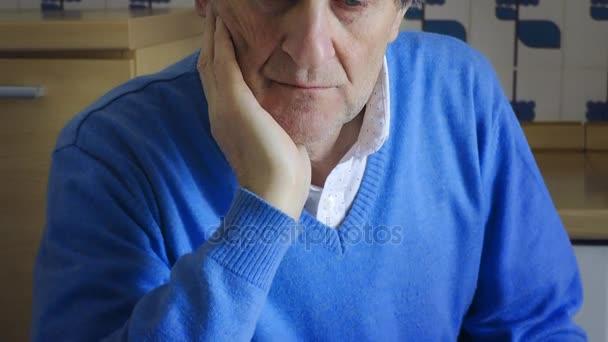 sguardo triste, intenso di uomo anziano pensionato