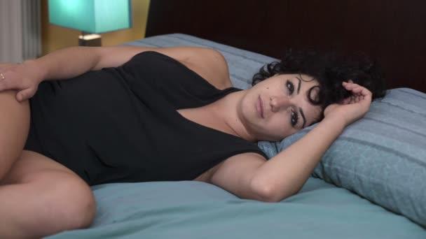 sladké probuzení sexy ženy v posteli