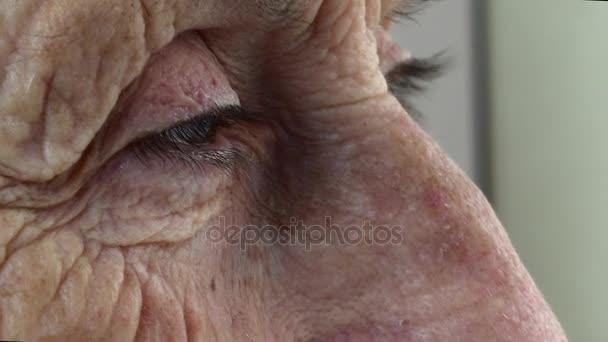 ráncos öreg nő meg
