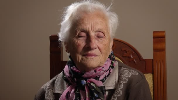 traurige alte Frau mit geschminkten Augen
