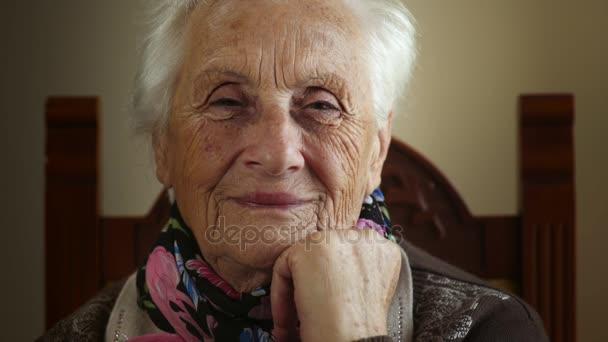 süße ältere Großmutter lächelt in die Kamera