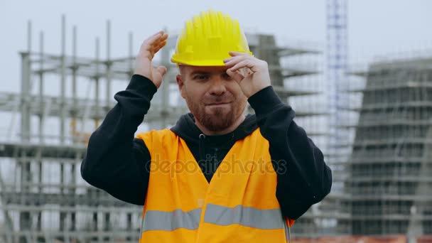 Glücklicher Bauarbeiter lächelt in die Kamera