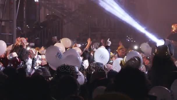 Malta, 31. prosince 2016 - Novoroční koncert, lidé tančí na náměstí s balónky a flitrovou klobouky