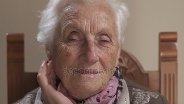 usmívající se stará 80 let žena: klidné a stará žena