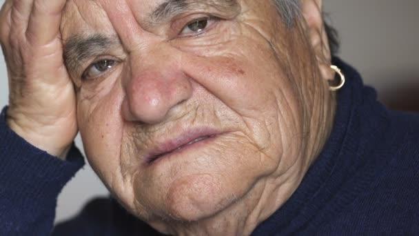smutné, depresivní žena portrét: smutný starší žena tvář