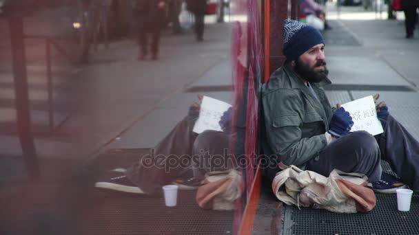 traurige, müde Obdachlose betteln auf der Straße um Almosen, Profil