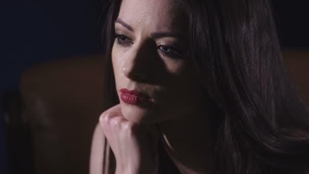 smutný a znuděně Mladá krásná žena, zblízka