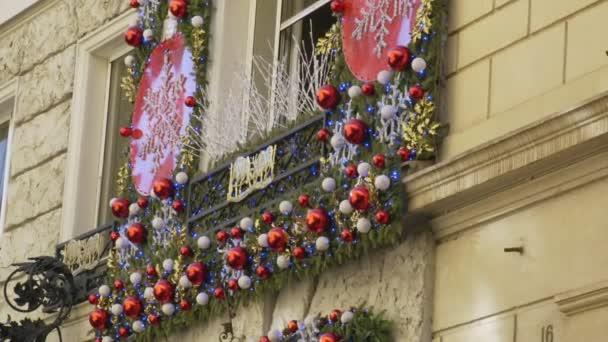 Staré budovy zdobené s vánoční ozdoby