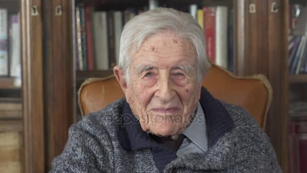 portrét starého muže. Zamyšlený starý muž, starší smutný