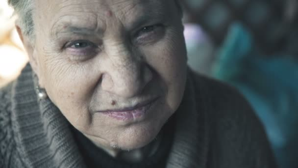 Porträt einer stillen, lächelnden alten Frau. Gelassenes Lächeln einer alten Frau