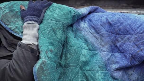 Bettler schlafend, während jemand ihn weckt und Almosen hinterlässt, Nahaufnahme