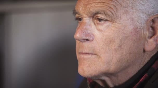 Uomo anziano depresso: Ritratto di uomo anziano pensionato,