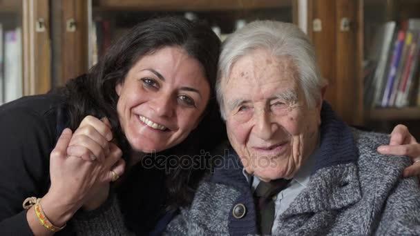 Děda a vnučka smíchy při pohledu na fotoaparát
