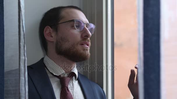 Szomorú és ideges üzletember lazítja a nyakkendőjét