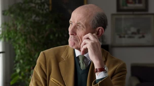 eleganter älterer Mann traurig und nachdenklich. Porträt eines alten, traurigen Mannes