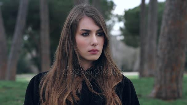 Roztomilý vážné a naštvaná žena se dívá na něco, co v parku