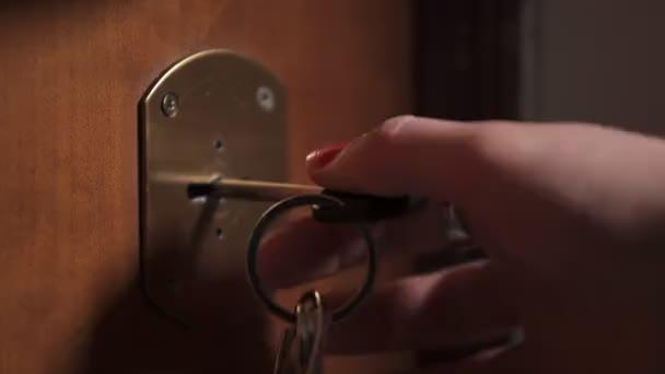 žena ruce otočení klíčem v zámku, zblízka