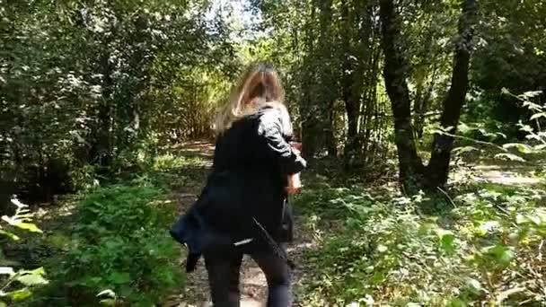 Vyděšená žena běh Away From strach někoho do lesa - Zpomalený pohyb