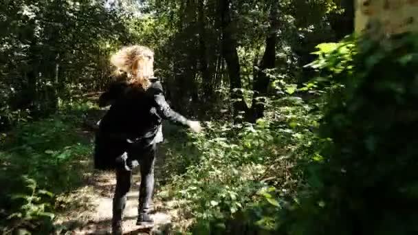Verängstigte Frau läuft schnell in den Wald