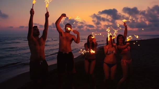 a csillagszórók tánc a strandon, este boldog baráti