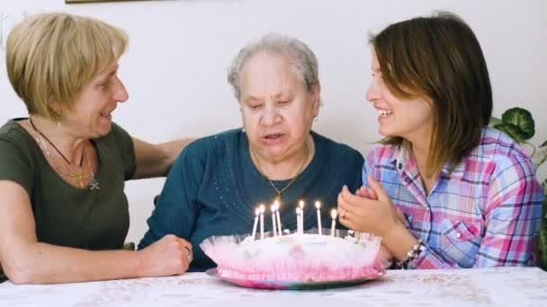 Di nonna felice compleanno, figlia e nipote che lei celebra