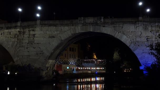 Krásný most přes A řeka na nigth, panoramatický pohled Trastevere, Řím, Itálie