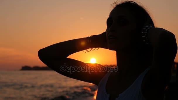 zblízka portrétní siluetou ženy v západu slunce dotkne dlouhé vlasy