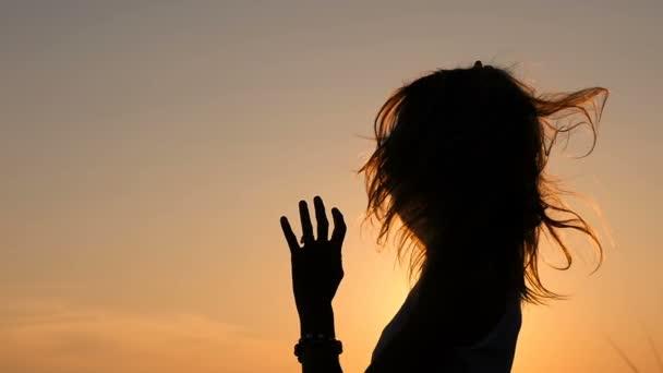 Silueta ženy při západu slunce se dotýká dlouhé vlasy - Zpomalený pohyb