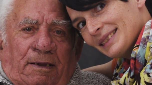 Rodinný portrét: grandaughter objímání její starý dědeček