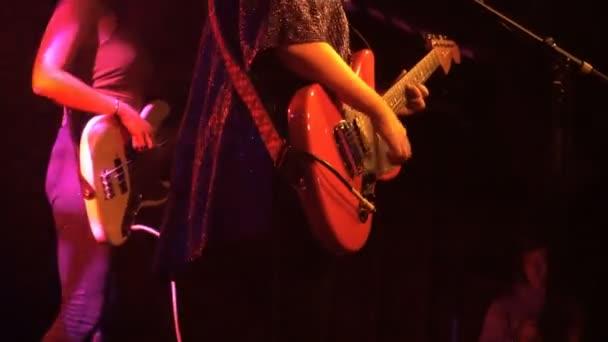 Basszusgitáros és a gitáros játszani rock koncert