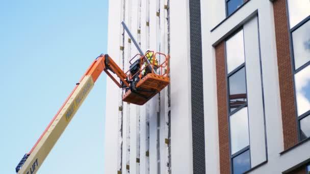 zaměstnanci pracující na vysoké budovy