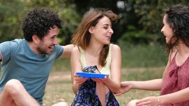 Amicizia, felicità, abbraccia: tre amici abbracciano il parco