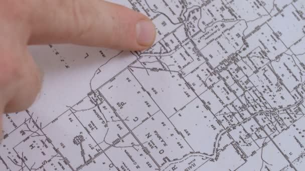 Finger člověka odkazuje na strategické oblasti na mapě