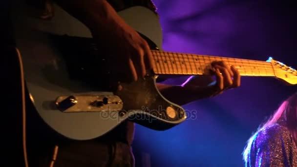 gitáros játszani rock koncert