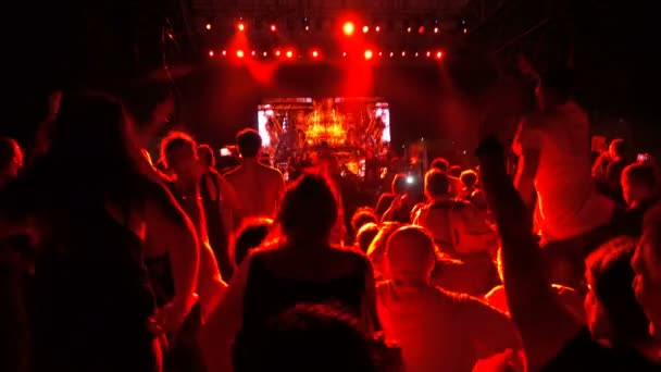 Lidí na koncertě, skákání