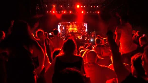 Lidí na koncertě, skákání a tanec