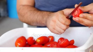 Making homemade tomato's sauce
