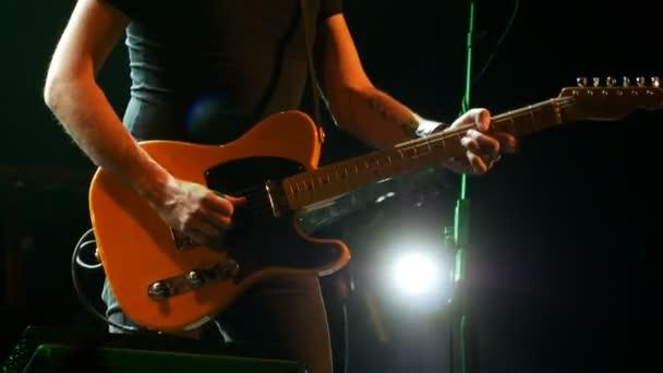 Solo gitáros a színpadon